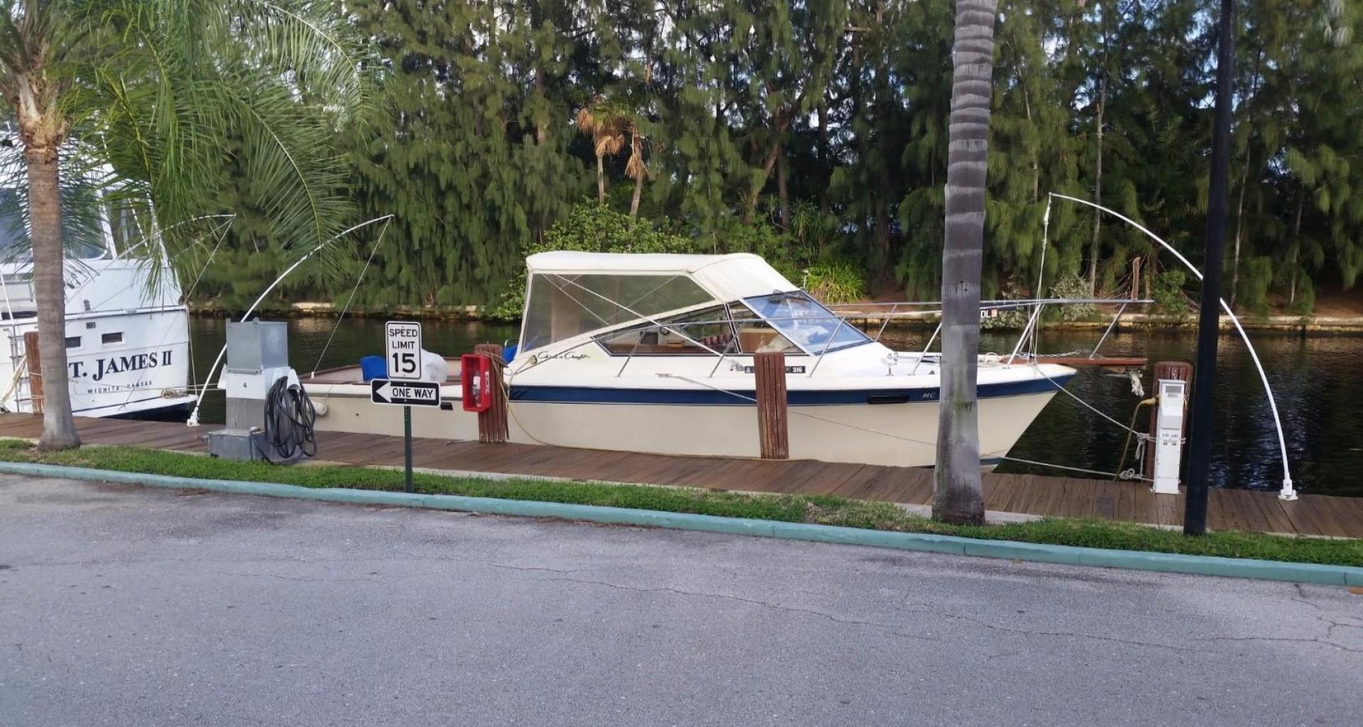 30' Chris-Craft 1984 316 Commander Little Boat