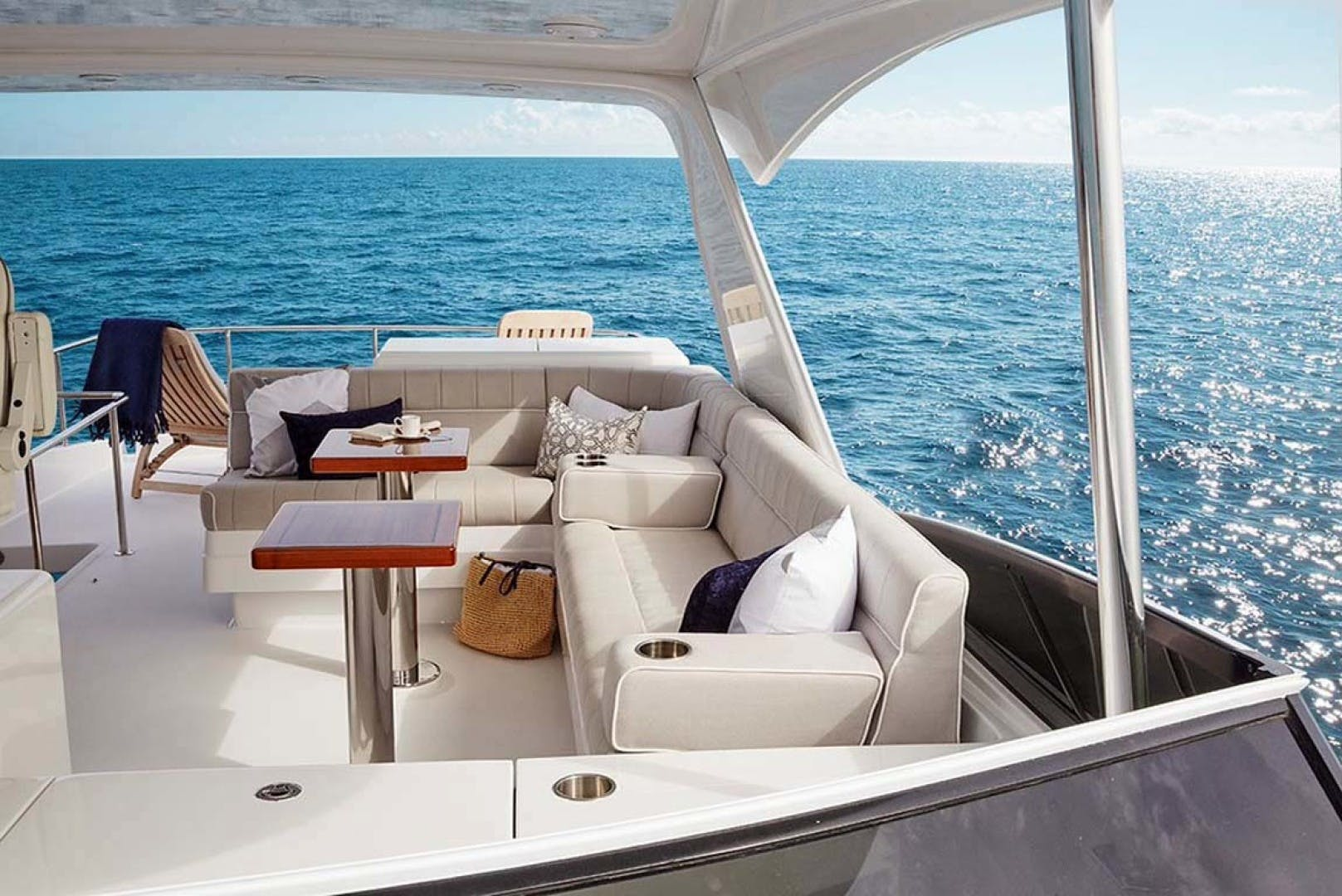 2022 Hatteras 60' M60  | Picture 7 of 18