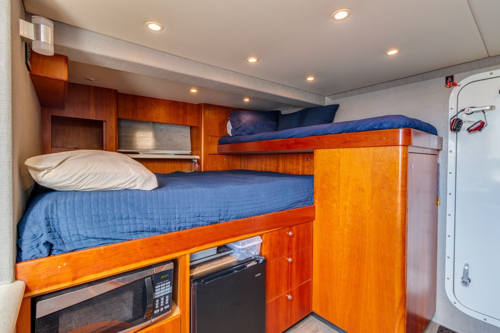 2002 Knight & Carver 70'  SAPPHIRE | Picture 1 of 46