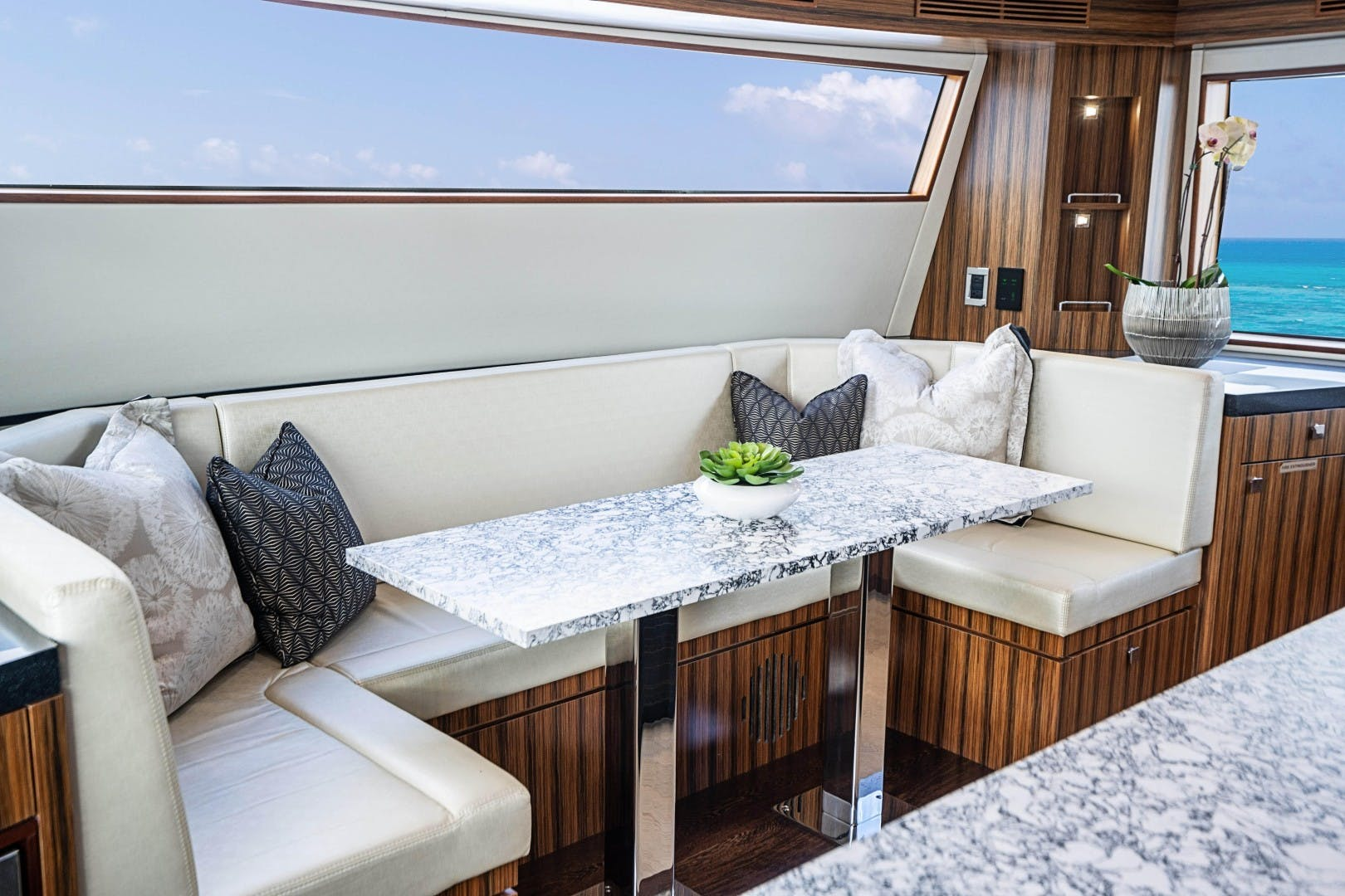 2018 Hatteras 90' M90 SnowGhost | Picture 8 of 110