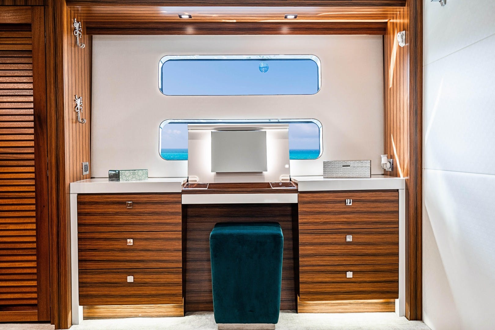 2018 Hatteras 90' M90 SnowGhost | Picture 7 of 110