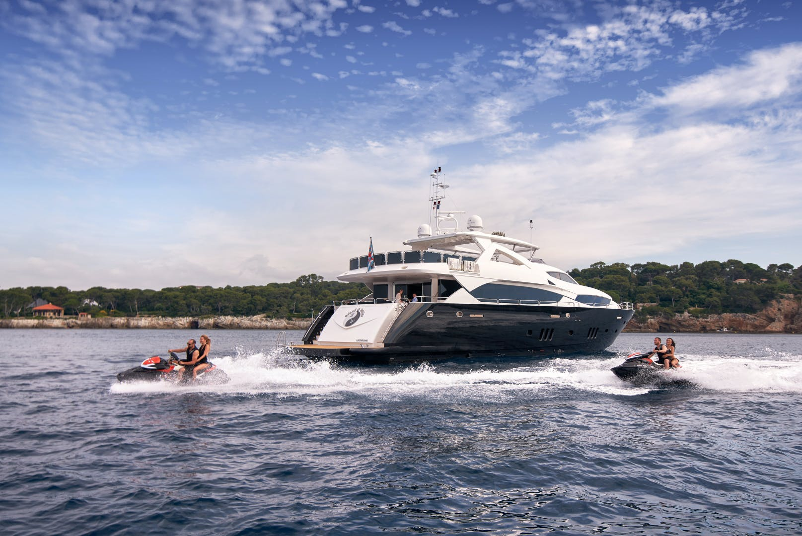 2010 Sunseeker 111' 34m BLACK AND WHITE   Picture 2 of 13