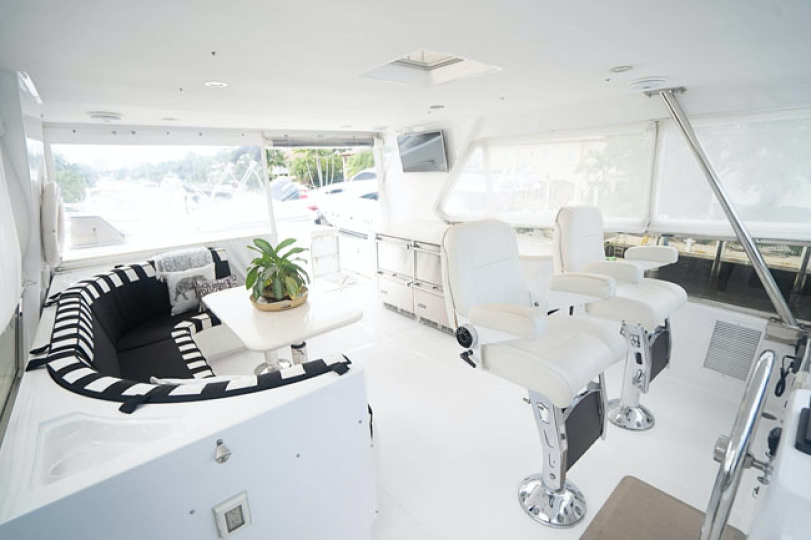 2001 Horizon 82' Flybridge Motor Yacht LADY BULL | Picture 5 of 88