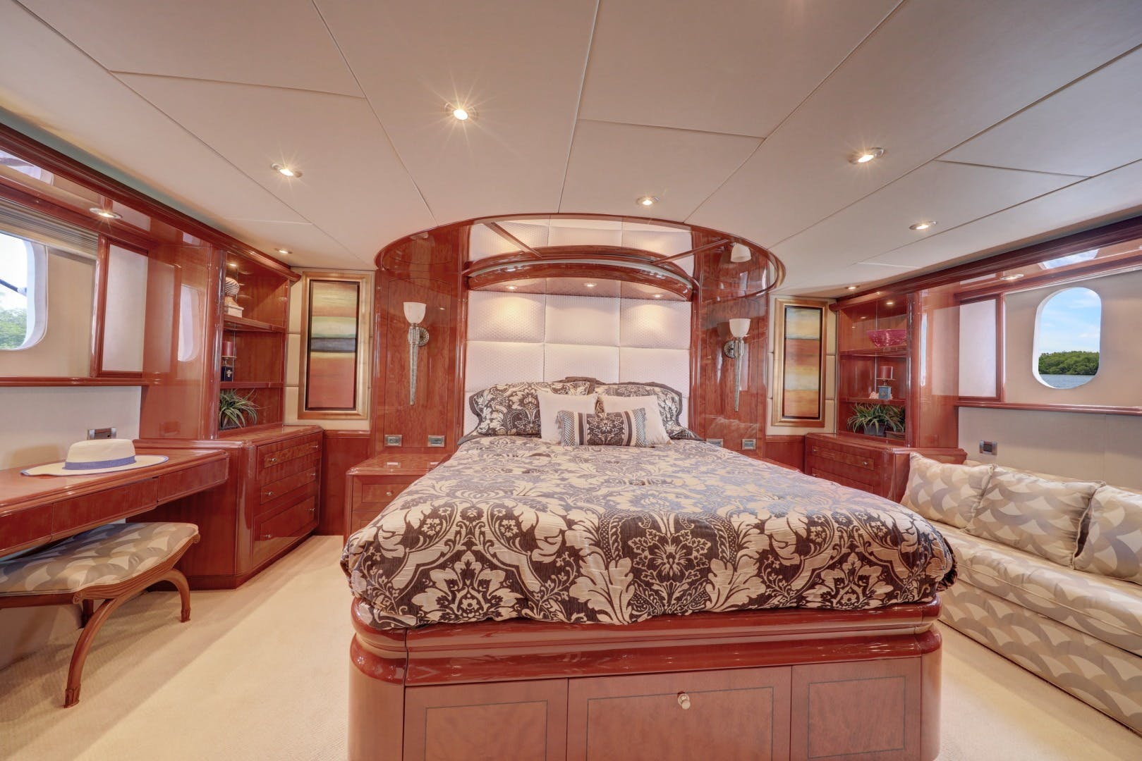 2006 Lazzara Yachts 80' 80 Skylounge    Picture 1 of 54
