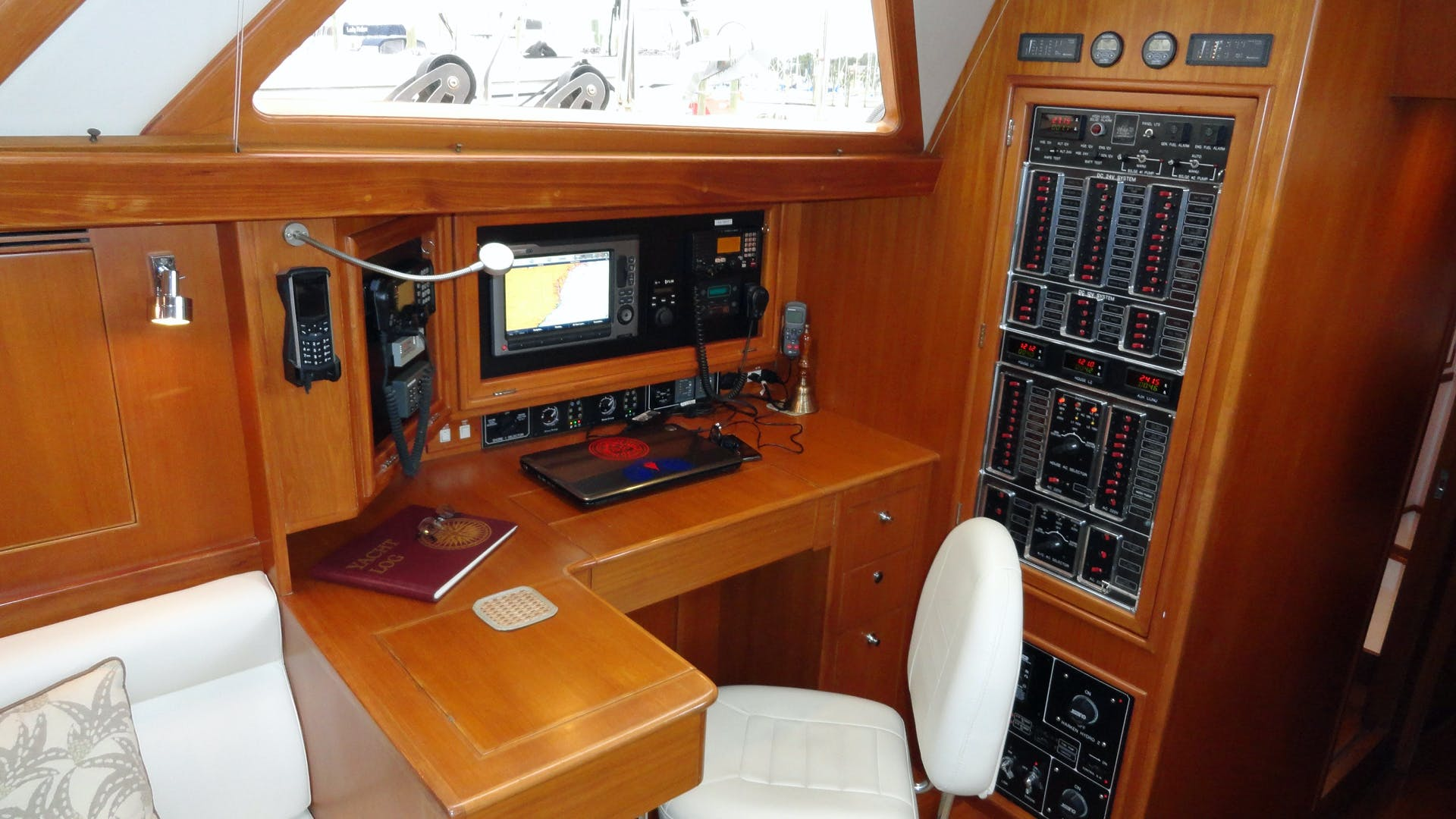 2010 Hylas 70' Center Cockpit MAGNETIC SKY | Picture 6 of 37