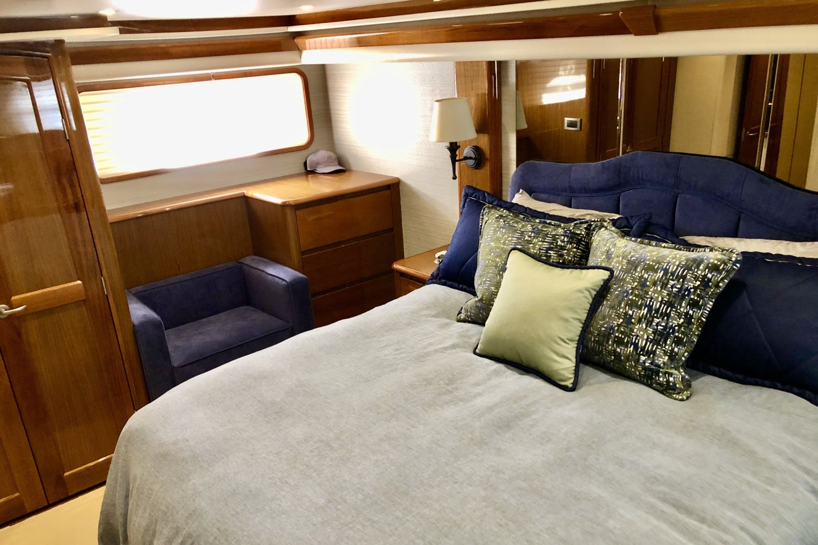 2010 Viking 76' 76 Convertible High Cotton   Picture 4 of 61