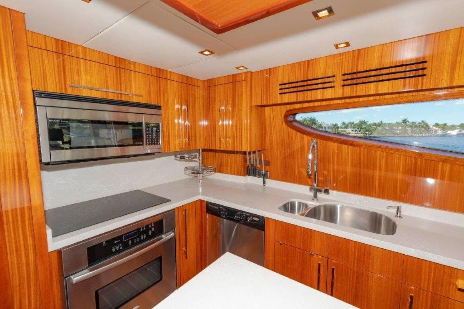 2013 Hatteras 80' Motor Yacht LEXUS LADY | Picture 5 of 42