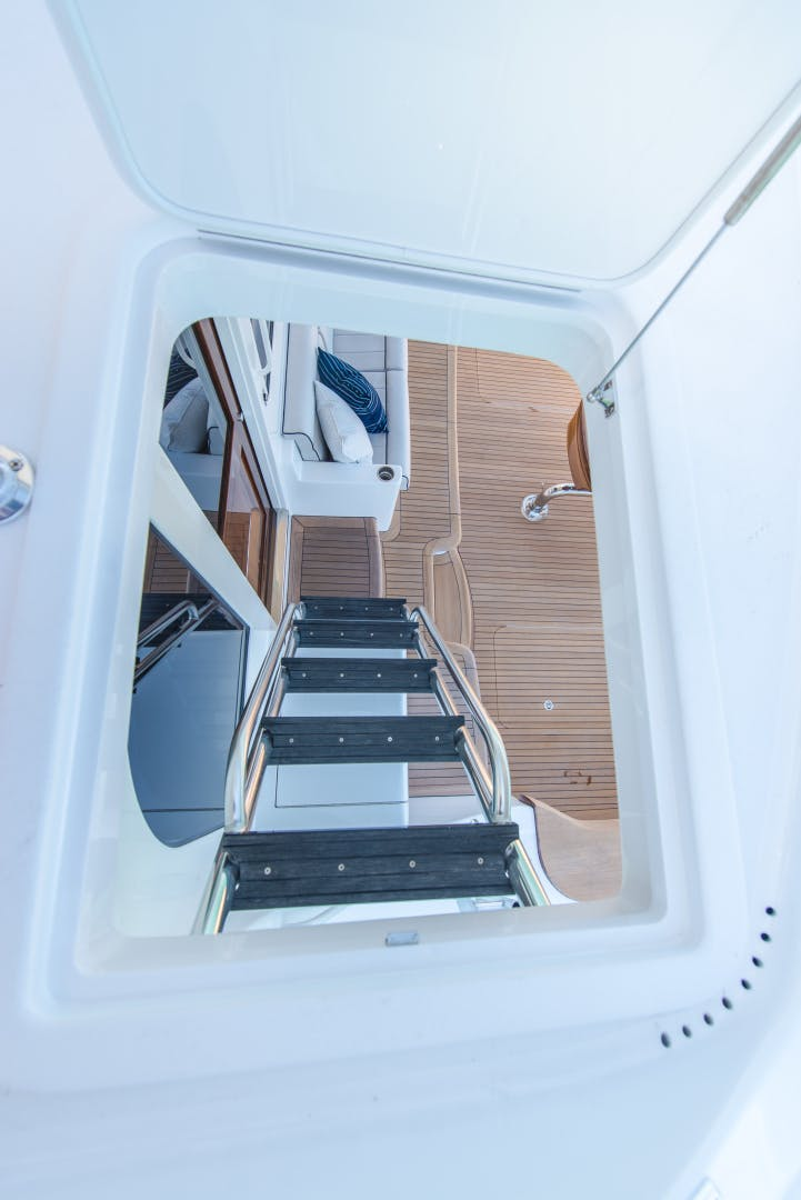 2017 Hatteras 70' GT70 Gear Jammer | Picture 8 of 42