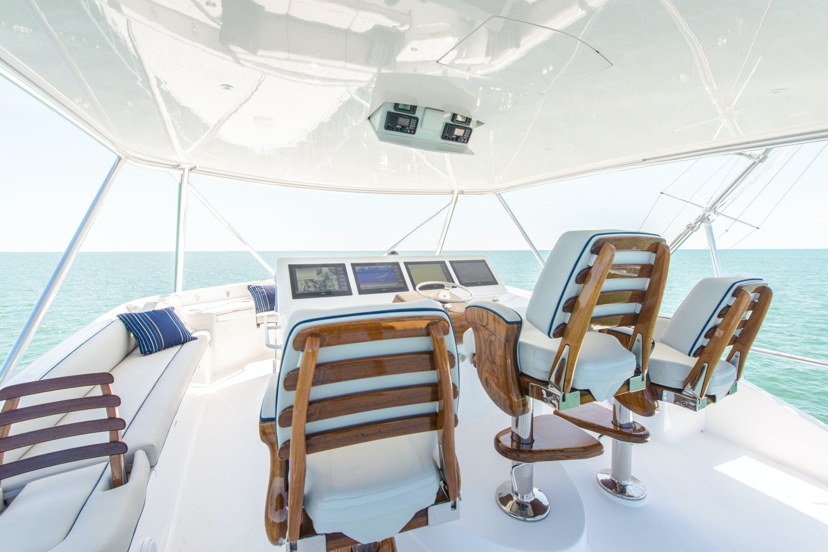 2017 Hatteras 70' GT70 Gear Jammer | Picture 8 of 43