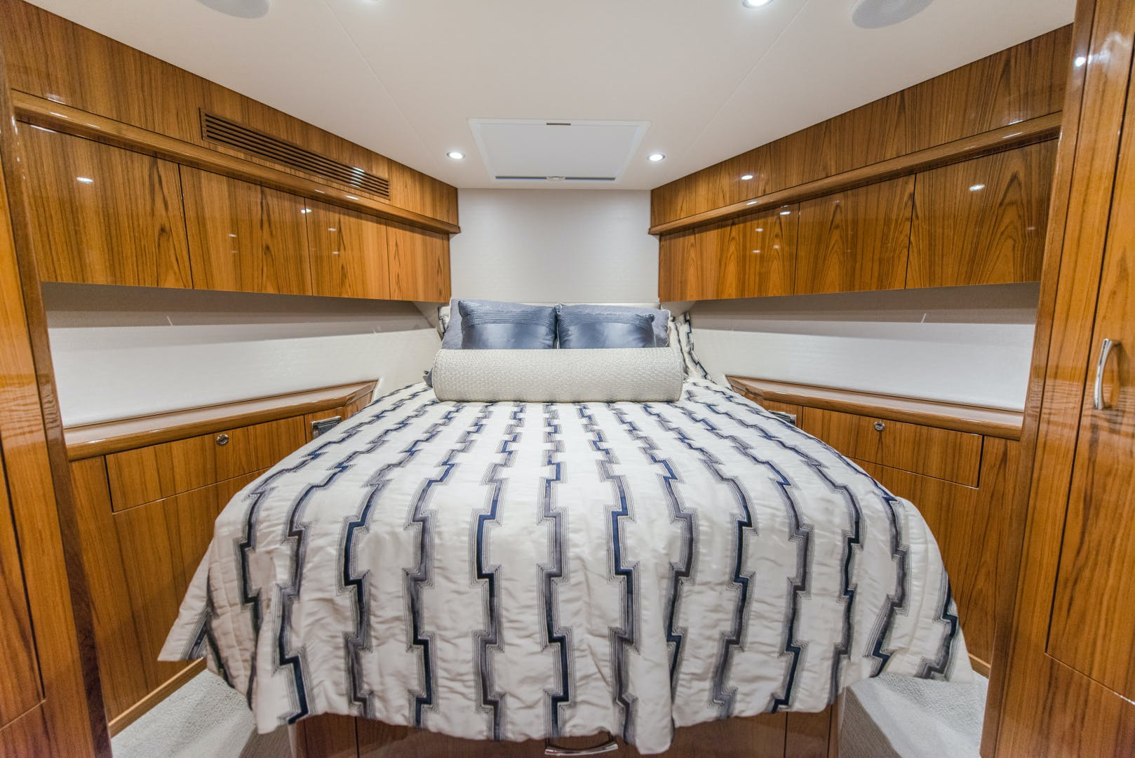 2017 Hatteras 70' GT70 Gear Jammer | Picture 6 of 43