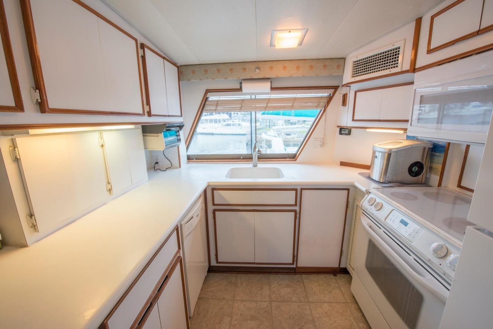 1981 Hatteras 61'  Romance II     Picture 8 of 61