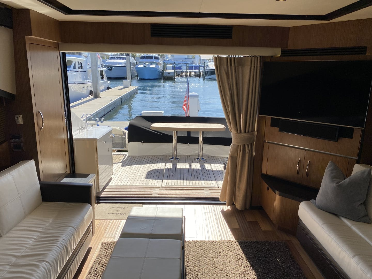 2016 Sea Ray 65' L650 Express Cozy | Picture 4 of 90