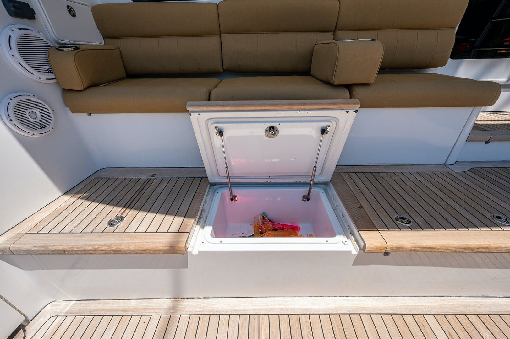 2005 Hatteras 68' Convetible 5 J's   Picture 3 of 54