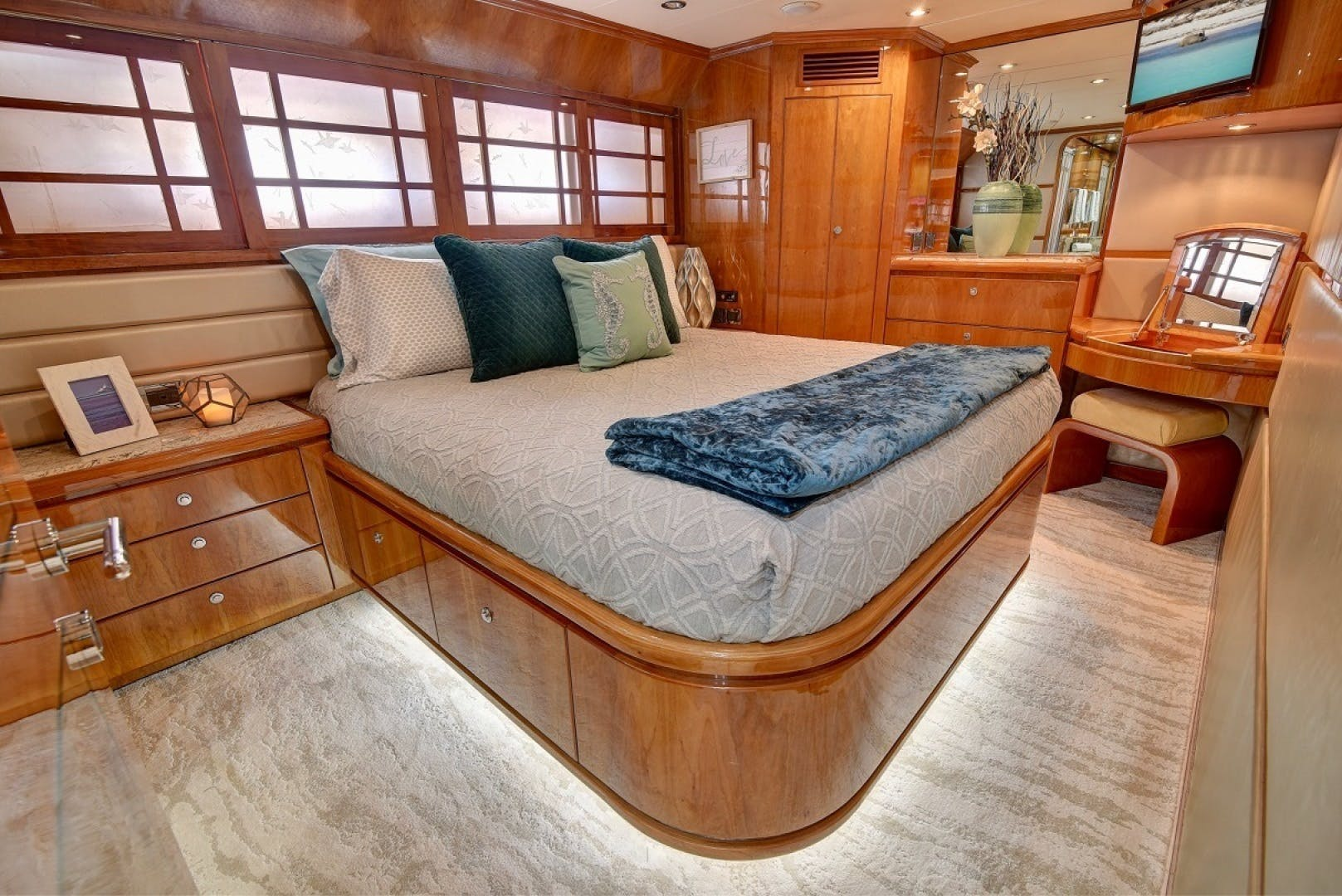 2001 Hargrave 94' Enclosed Bridge Skylounge Done Deal | Picture 8 of 70
