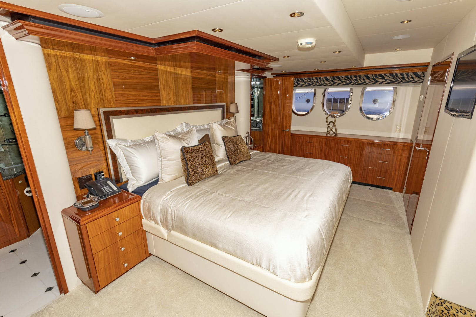 2009 Hatteras 72' Enclosed Bridge, 4 stateroom, CATS PANACEA | Picture 4 of 88