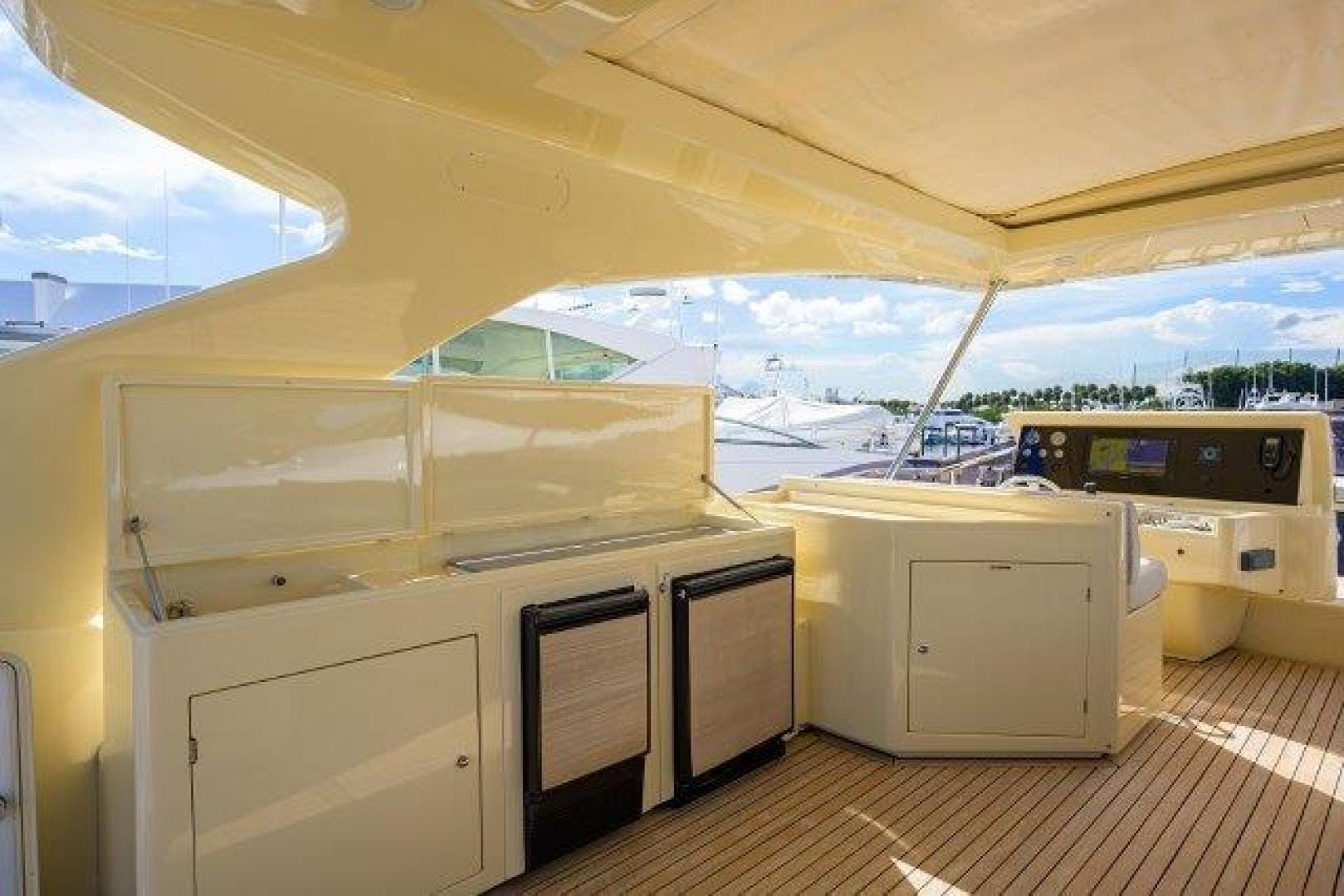 2010 Ferretti Yachts 84' Altura 840 MISS ALLIED | Picture 6 of 76