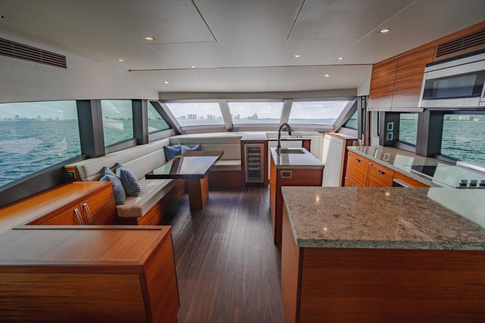 2019 Hatteras 60' M60 FREEDOM | Picture 4 of 78