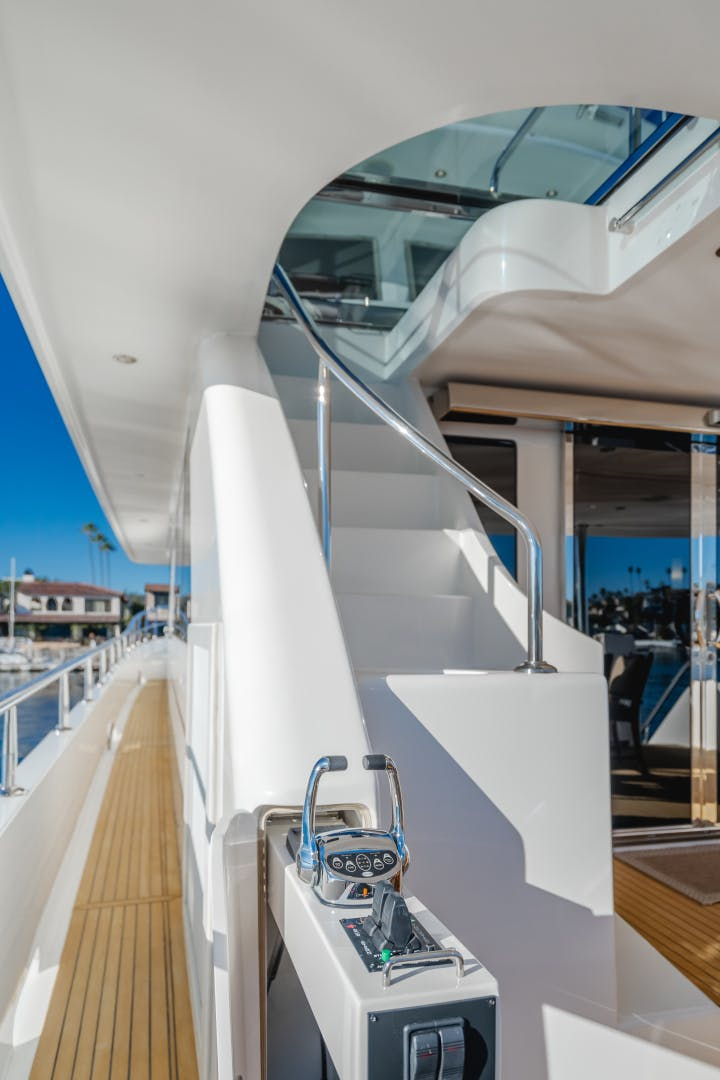 2010 Ocean Alexander 84' CMY Skylounge SOUNDINGS | Picture 8 of 57