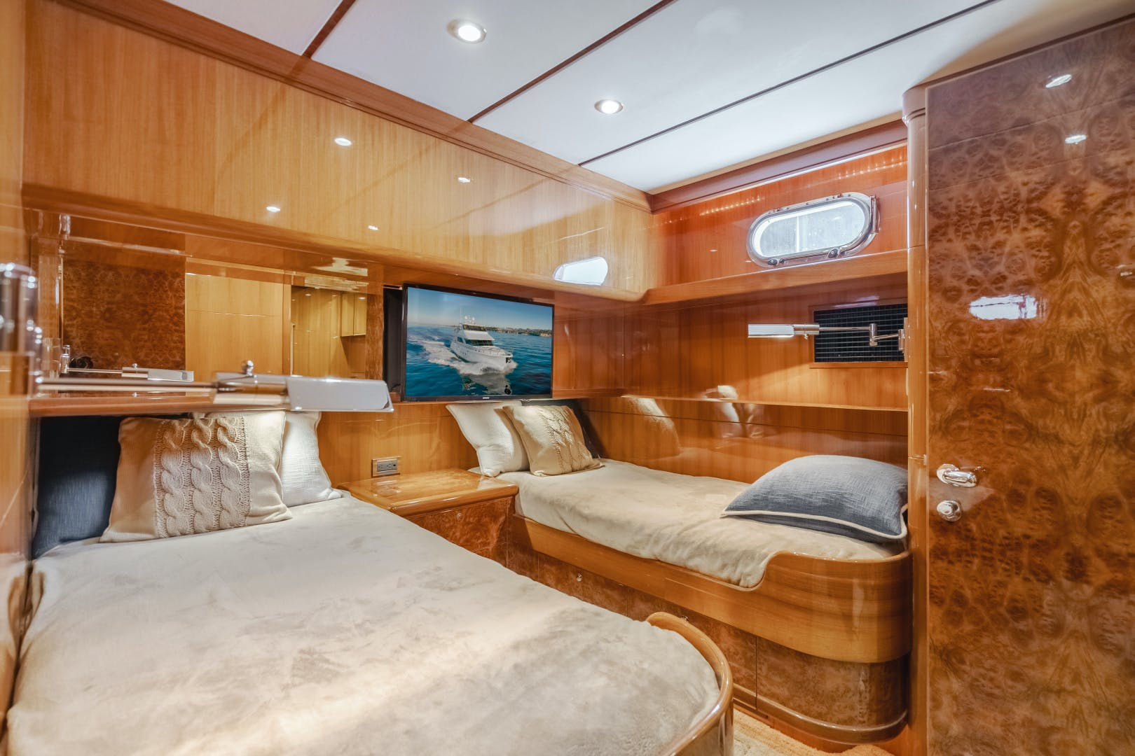 2010 Ocean Alexander 84' CMY Skylounge SOUNDINGS | Picture 6 of 57
