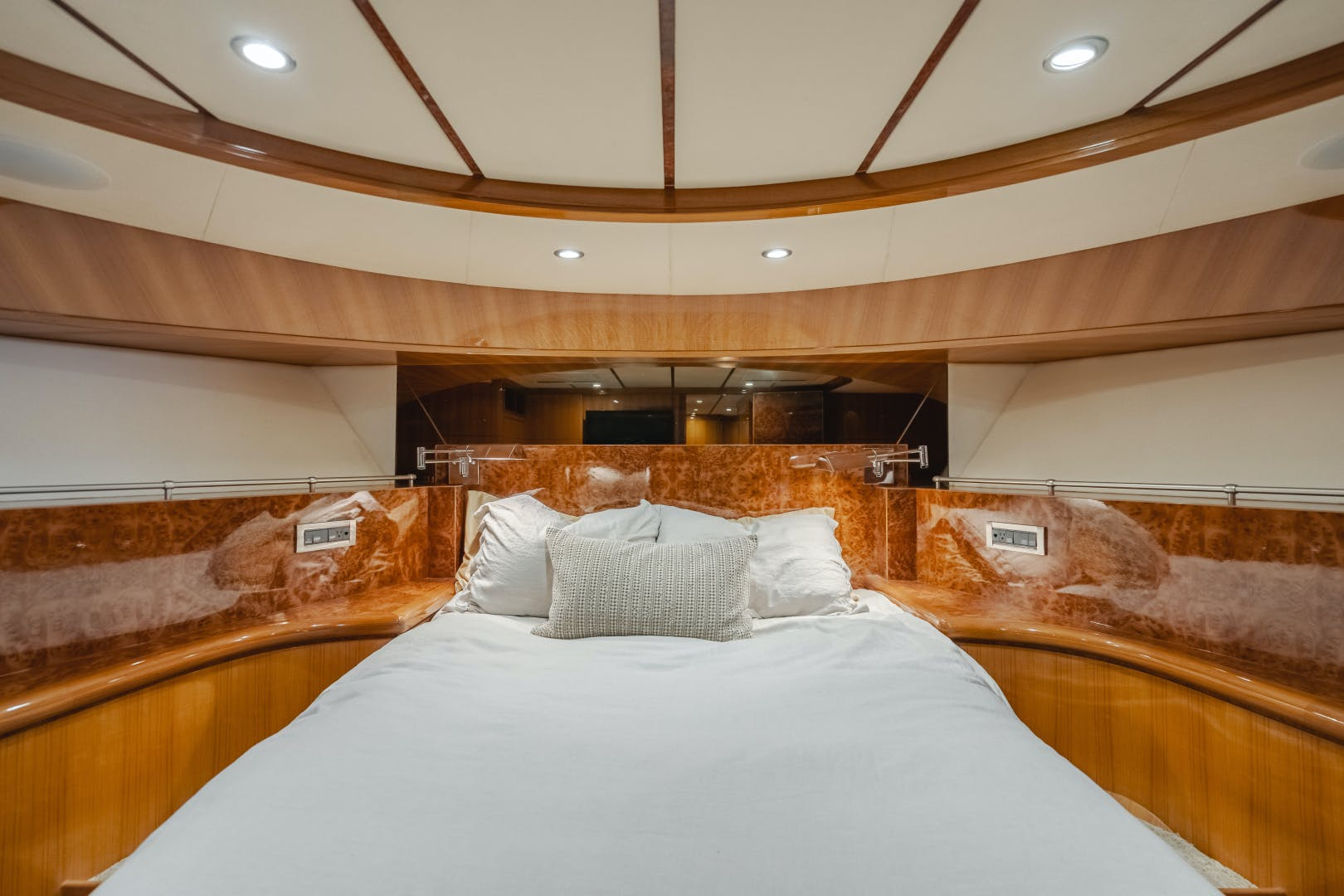 2010 Ocean Alexander 84' CMY Skylounge SOUNDINGS | Picture 4 of 57