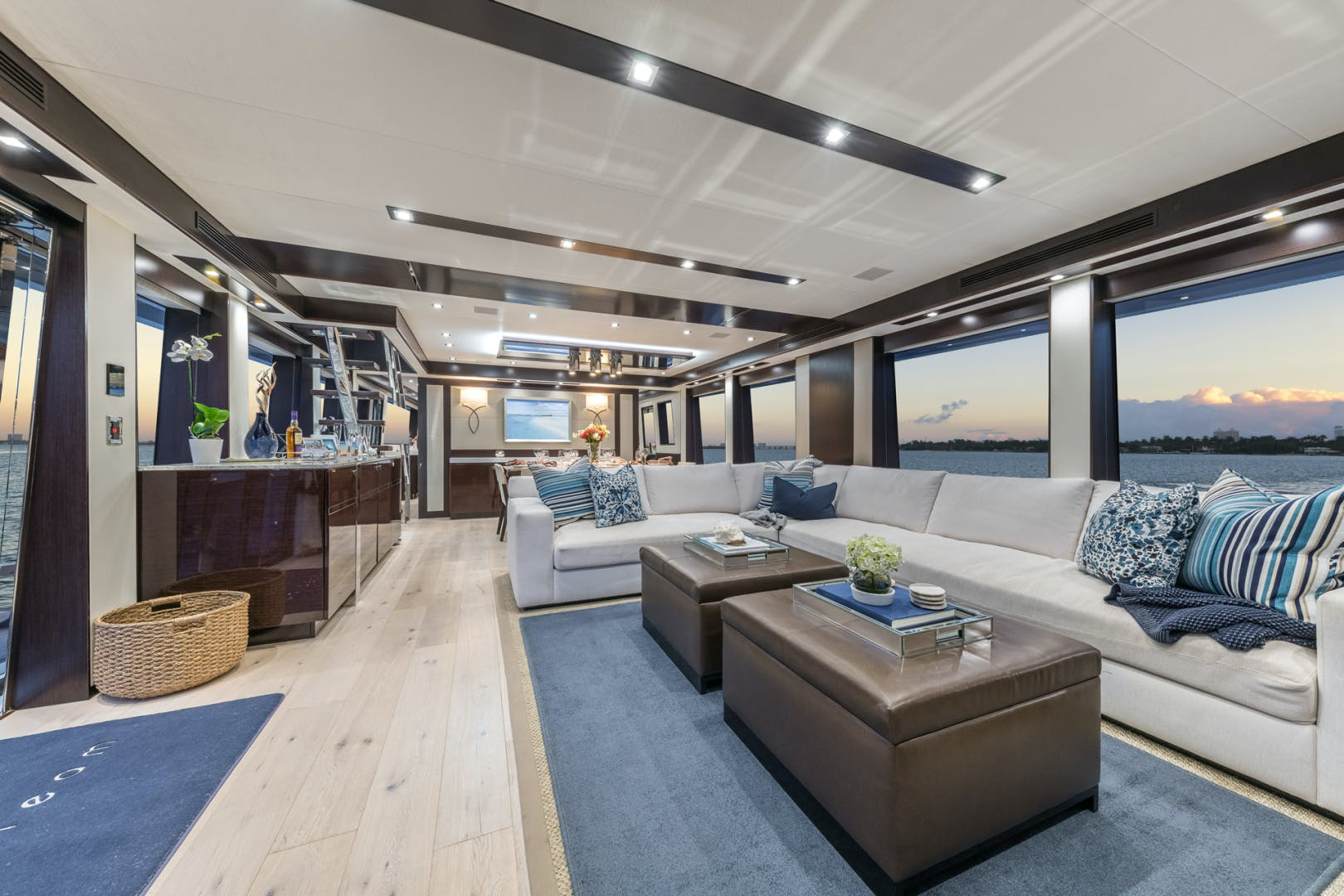 2019 Hatteras 90' M90 Panacera Jetstream | Picture 3 of 38