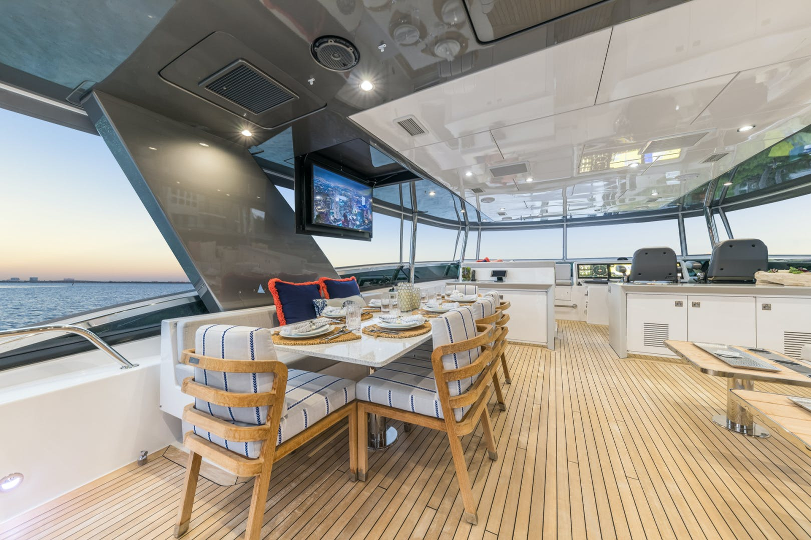 2019 Hatteras 90' M90 Panacera Jetstream | Picture 5 of 38