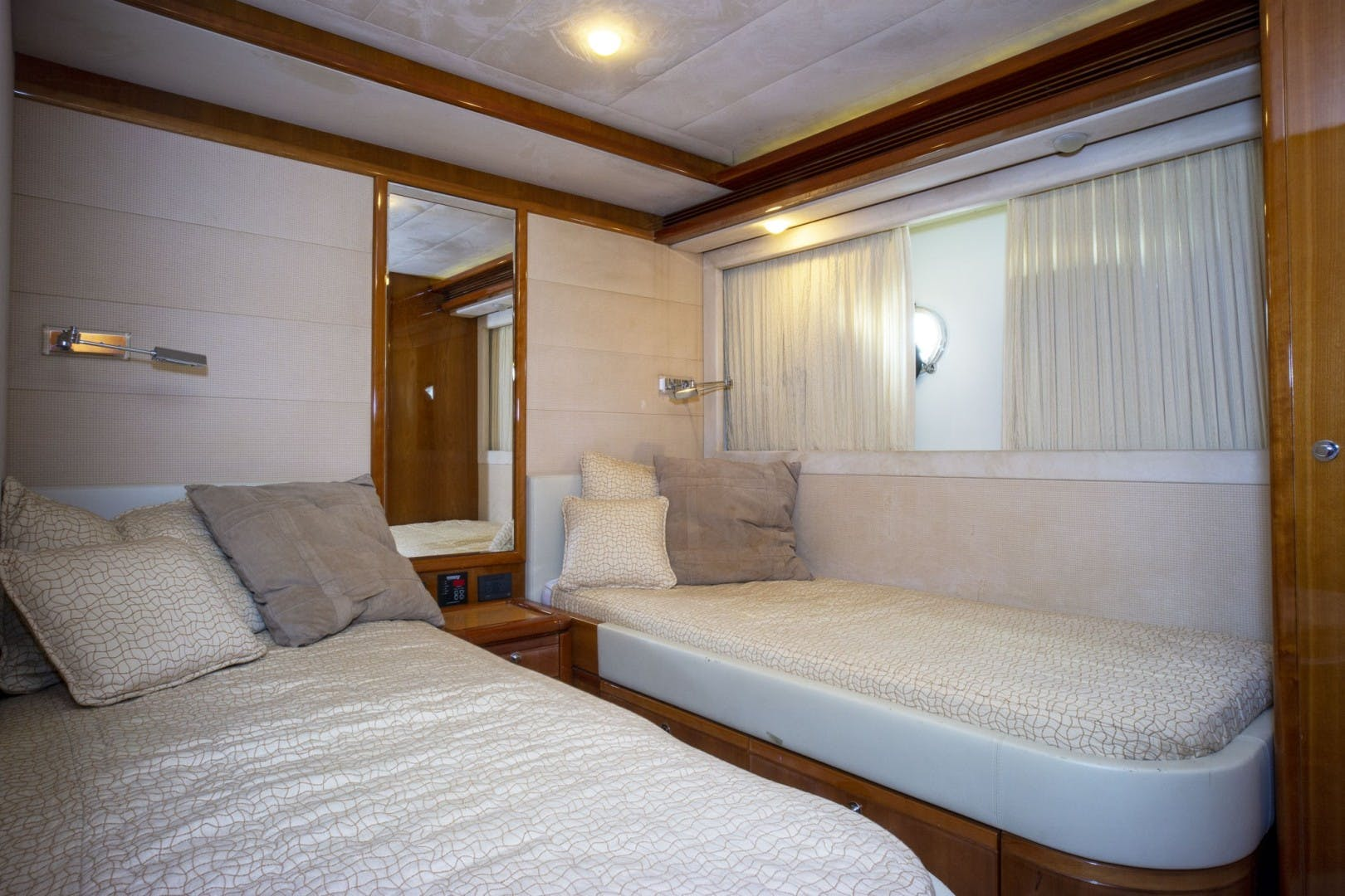 2006 Ferretti Yachts 83' 830    Picture 8 of 65