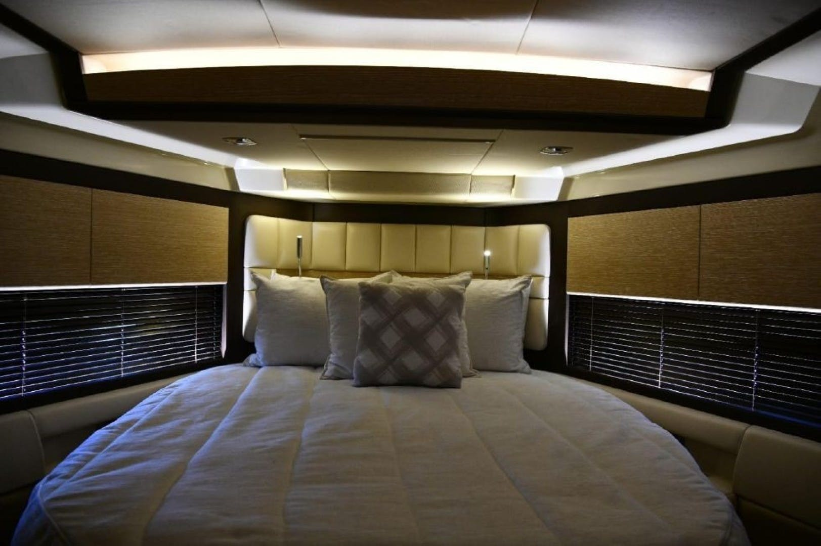 2013 Azimut 64'     Picture 1 of 48