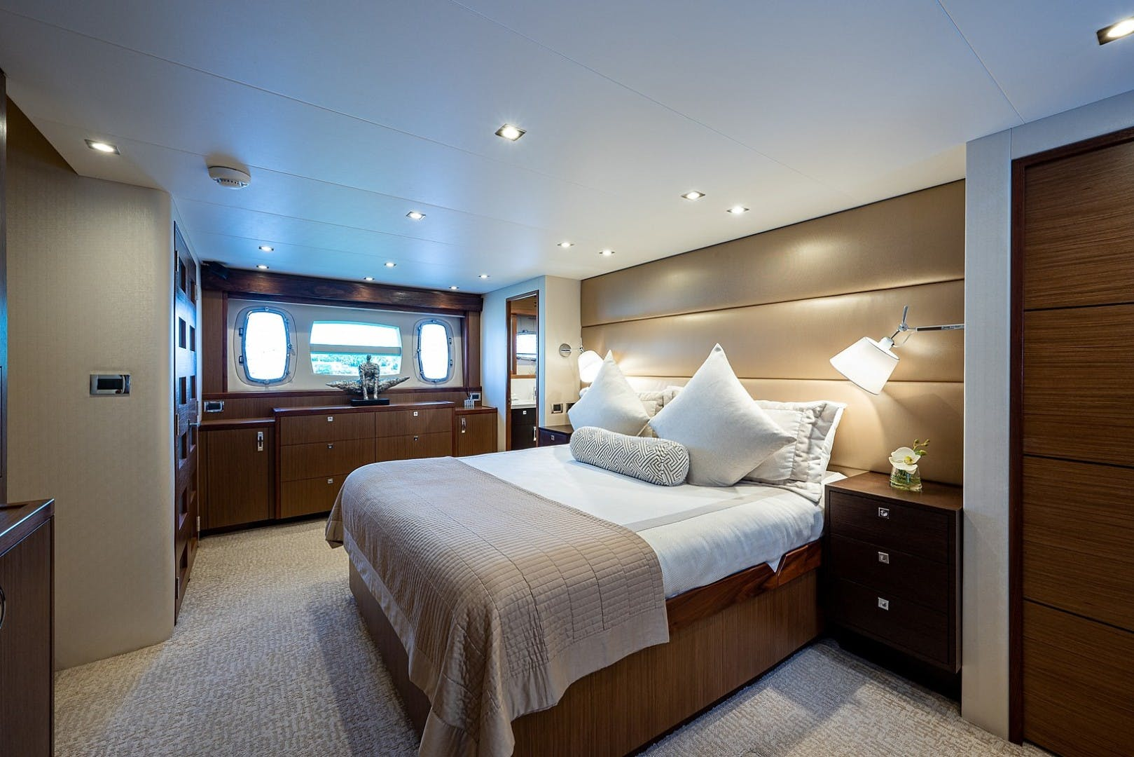 2015 Hatteras 80' Motor Yacht DADDY   Picture 2 of 47