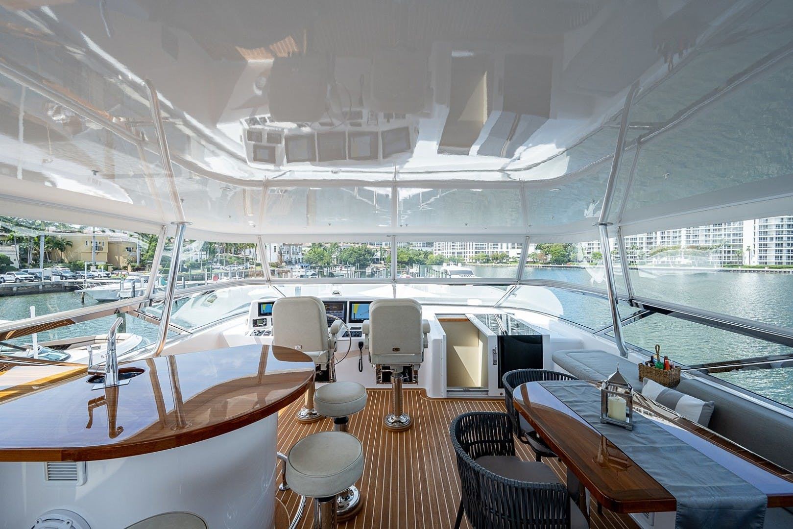 2015 Hatteras 80' Motor Yacht DADDY   Picture 4 of 47
