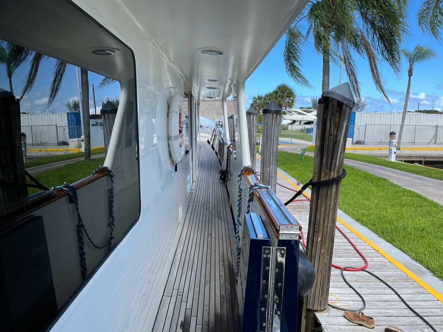 1984 Lloyds 124' Enclosed P.H w/ Sundeck SUNSHINE | Picture 4 of 46