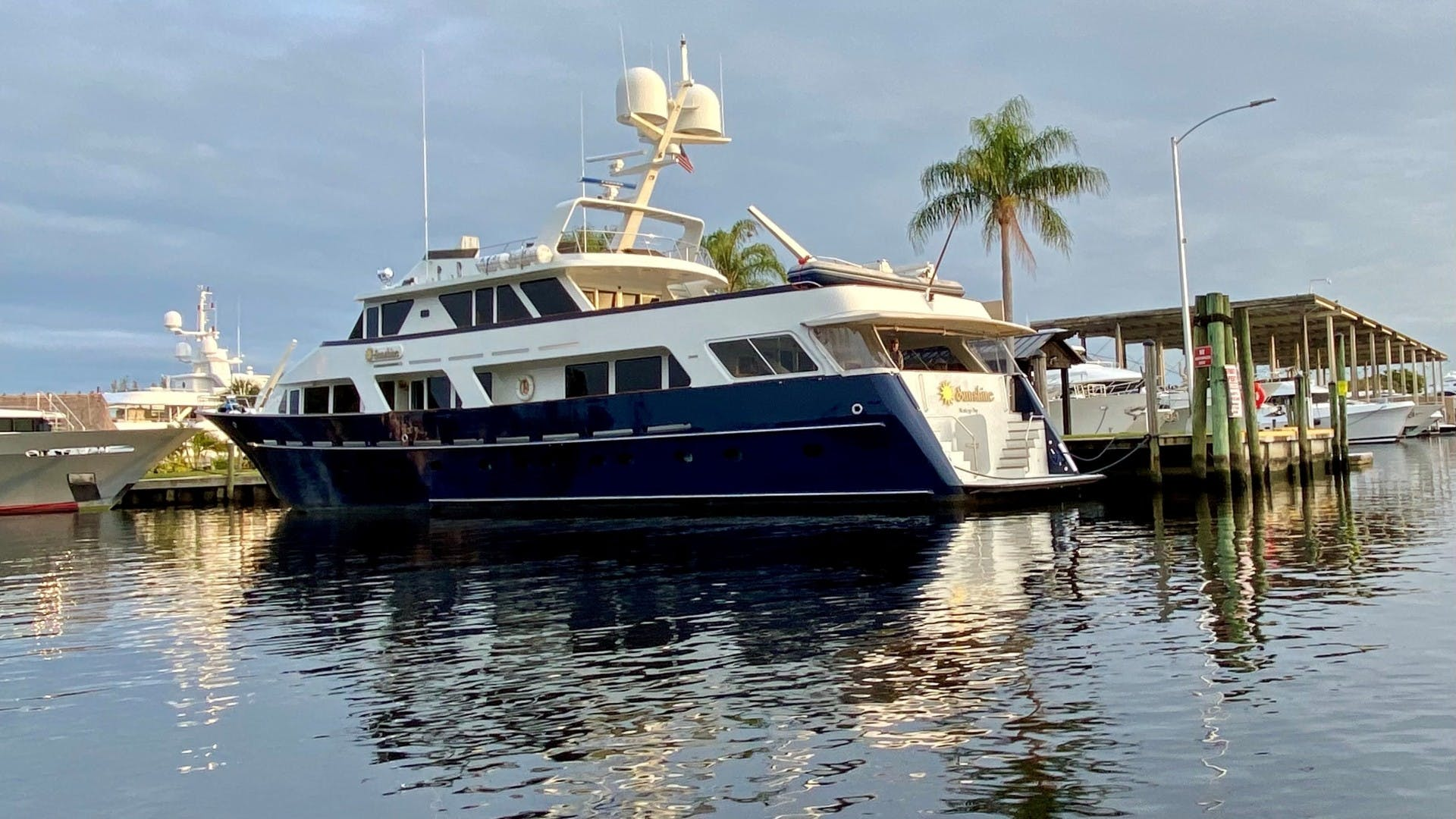 1984 Lloyds 124' Enclosed P.H w/ Sundeck SUNSHINE | Picture 4 of 19