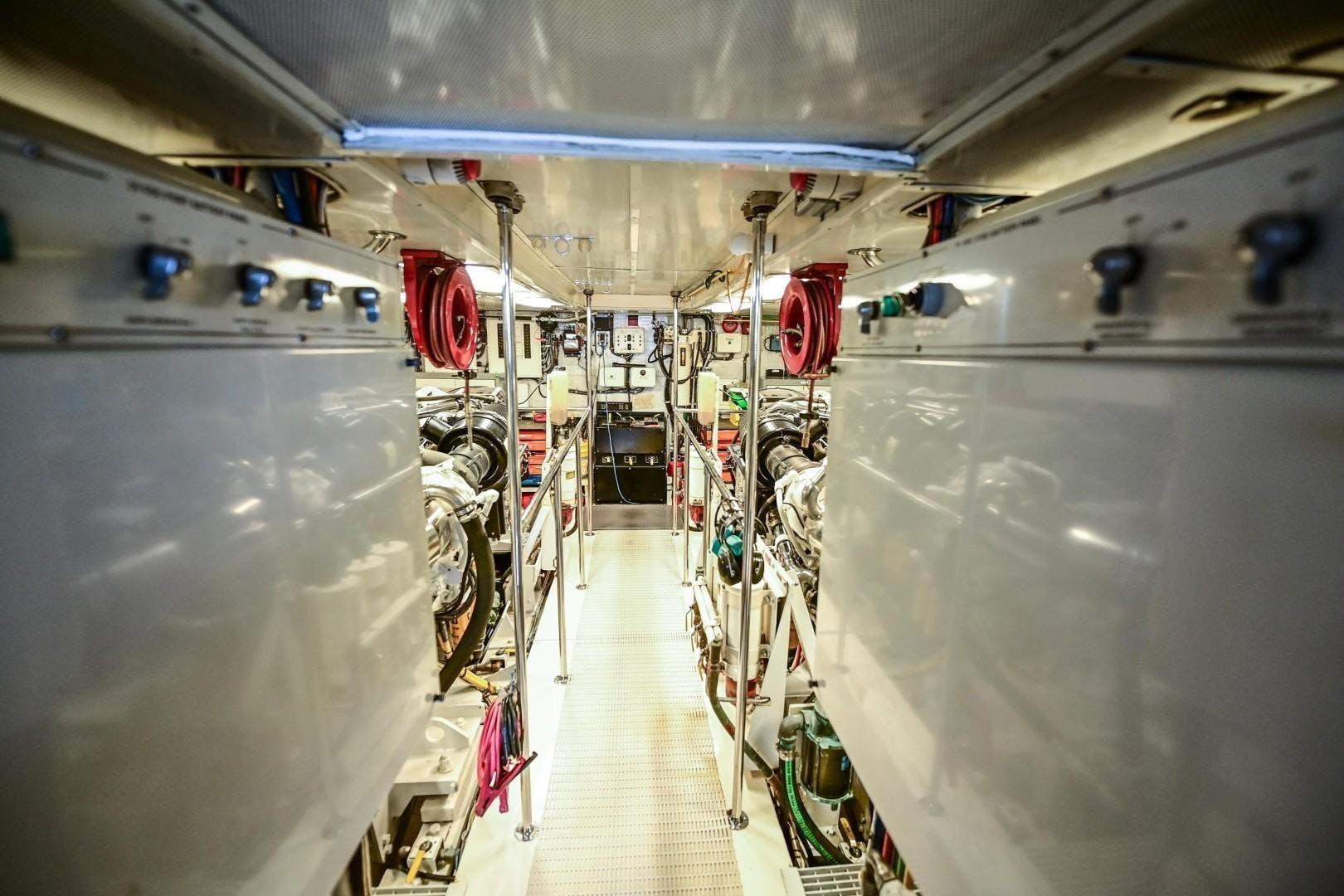 2000 Hatteras 82' Flybridge MAHA   Picture 6 of 39