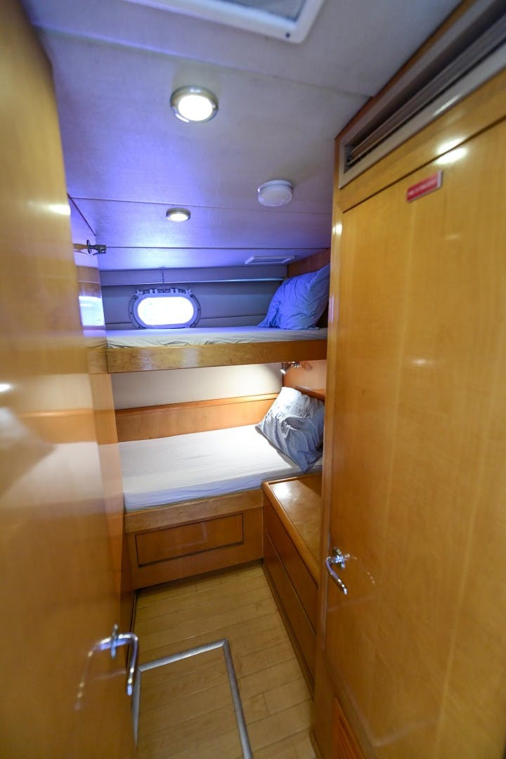 2000 Hatteras 82' Flybridge MAHA   Picture 4 of 39