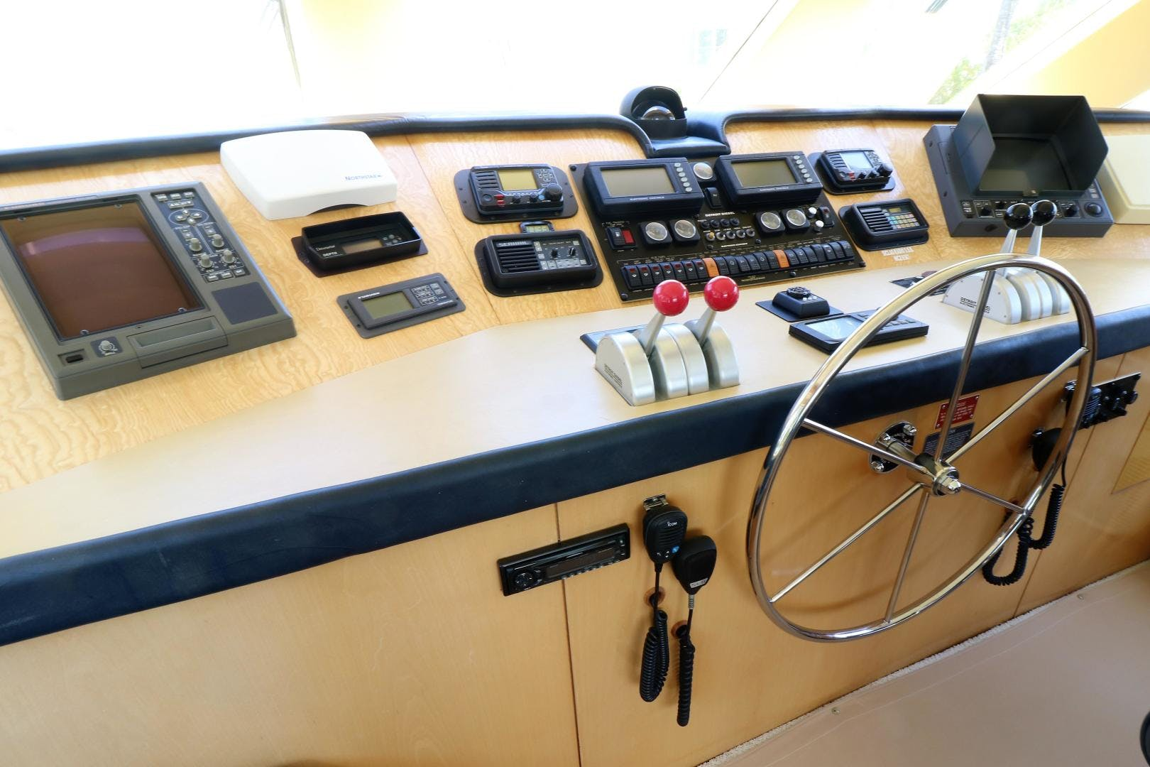 2000 Hatteras 70' 70 Convertible  | Picture 5 of 57